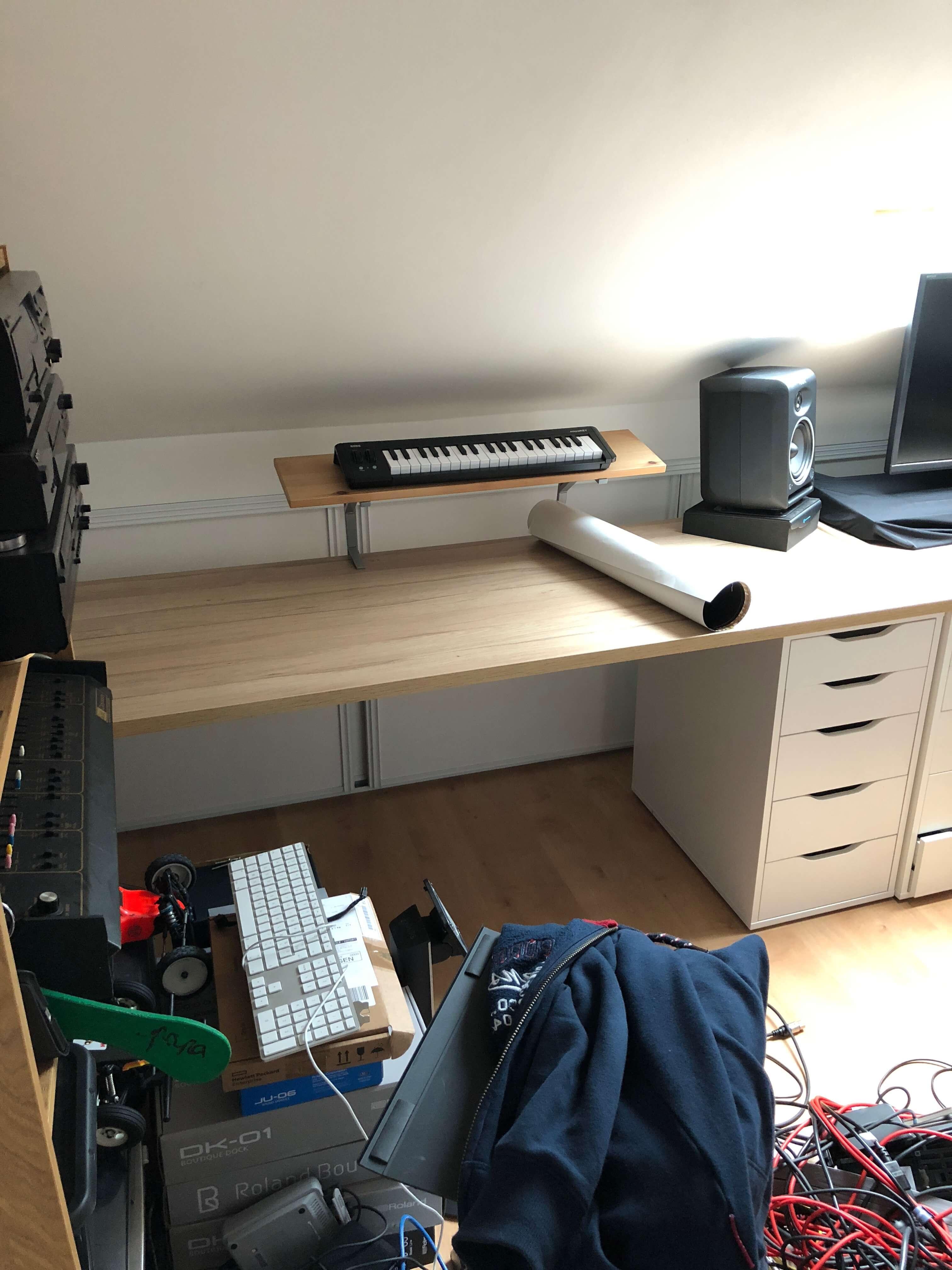 Les plans de travail, et les meubles pour organiser et ranger un peu le coin musique