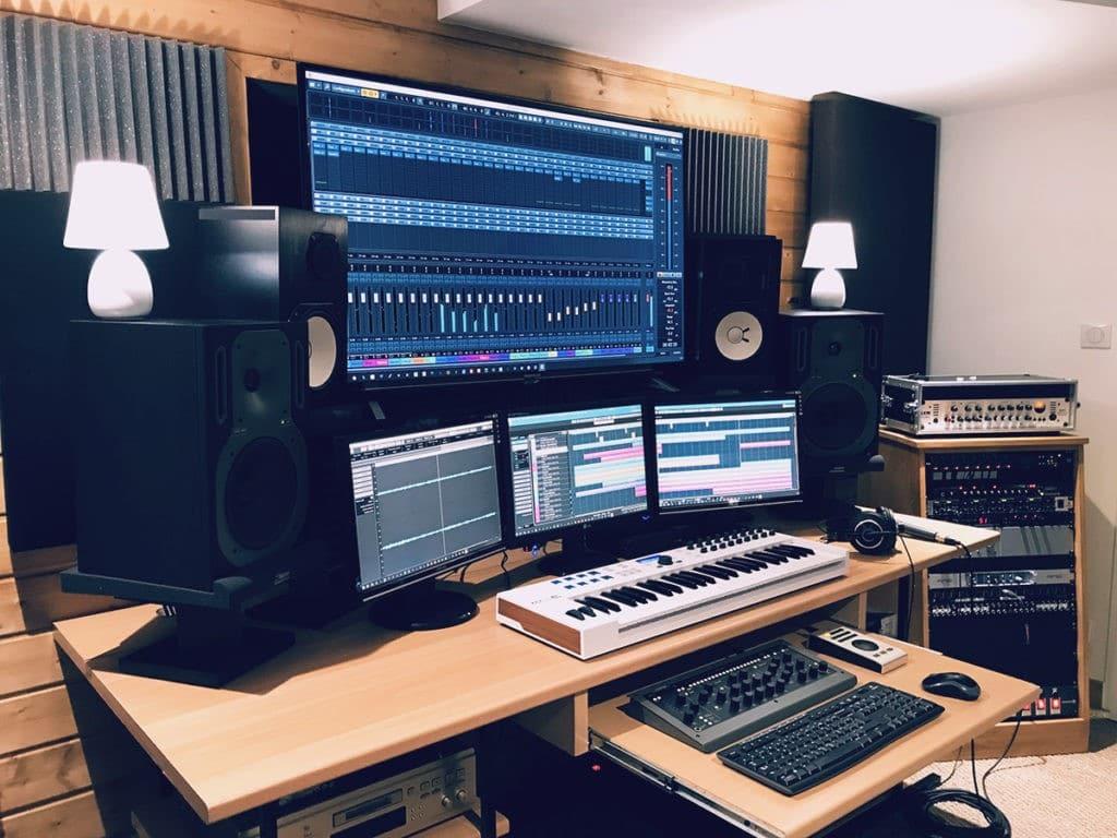 Un home studio avec plusieurs écrans