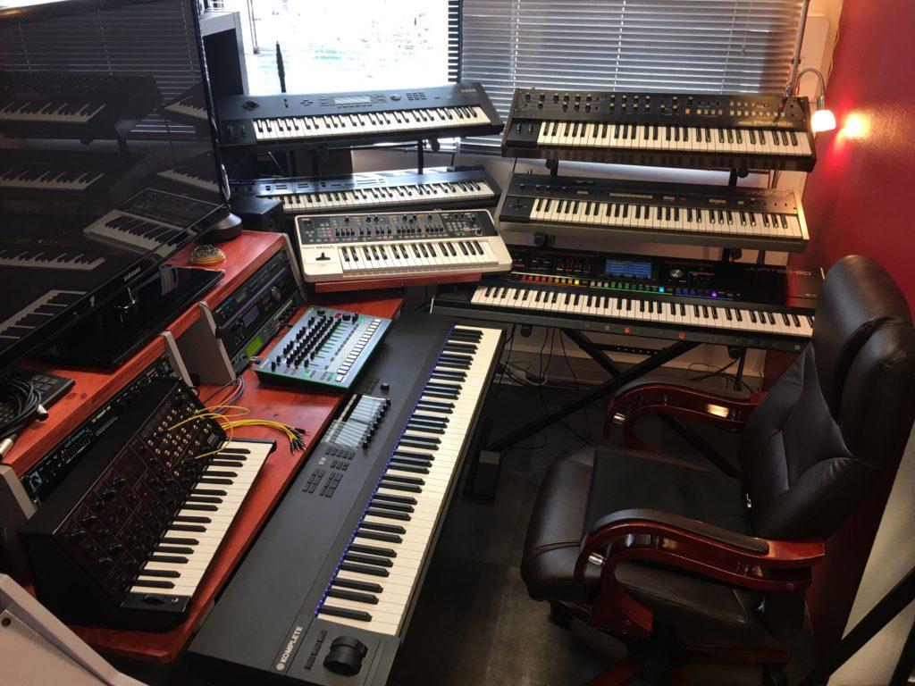La partie Synthé : il y a du beau monde !  Roland Jupiter 80, Korg Polysix, Korg Poly 61, Korg Wavestation, Korg DW8000, Roland Gaia, Korg MS20...