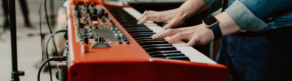 Bandeau jouer du synthétiseur