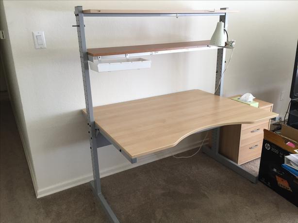 Le bureau Ikea Jerker MK2 avec son arrondi central