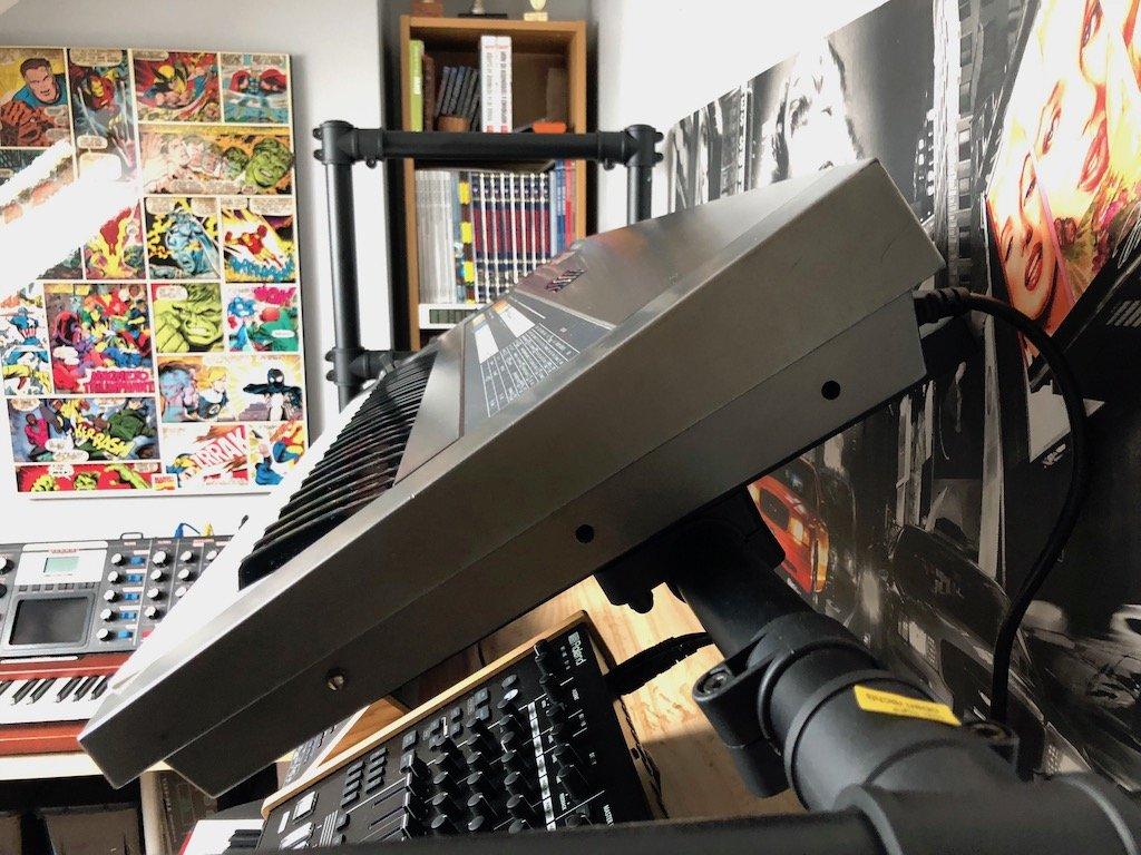 Photo des 3 emplacements de vis sur le Roland JX-8P