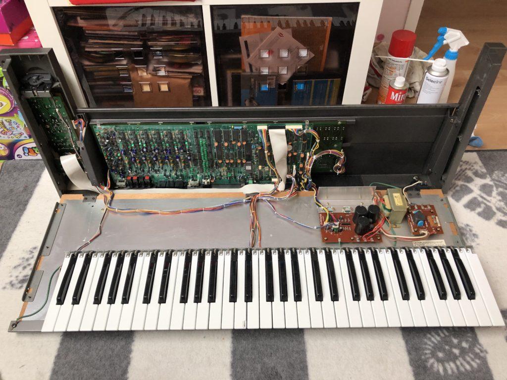 Ouverture du capot du Roland JX-8P