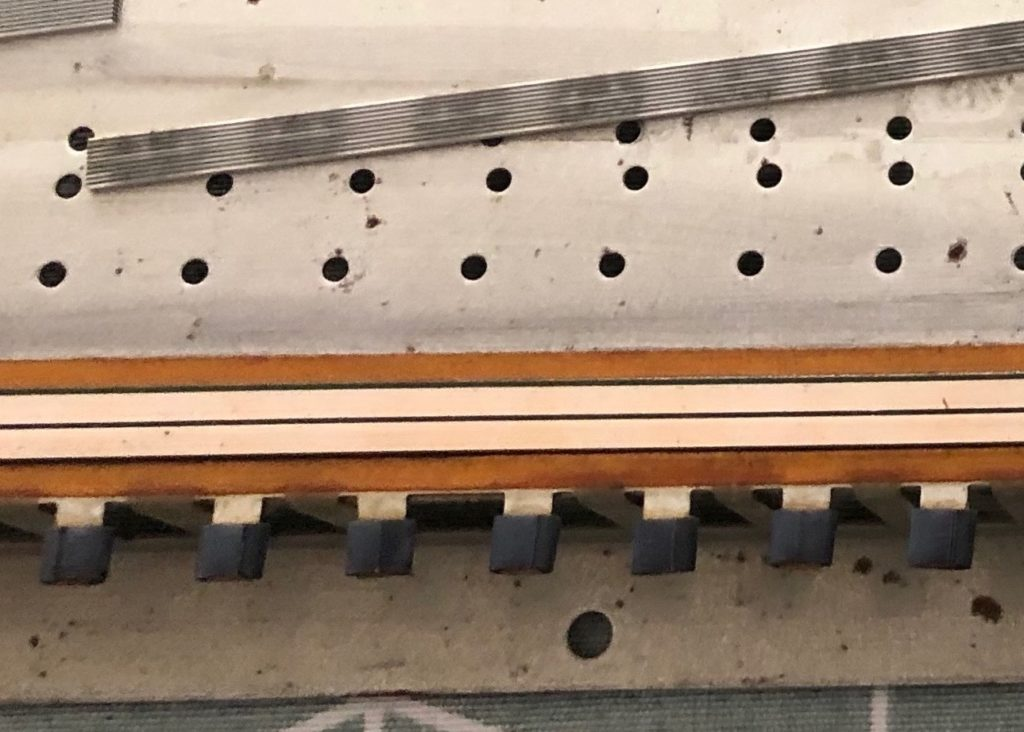 Zoom sur les parties à nettoyer de l'aftertouch du Roland JX-8P