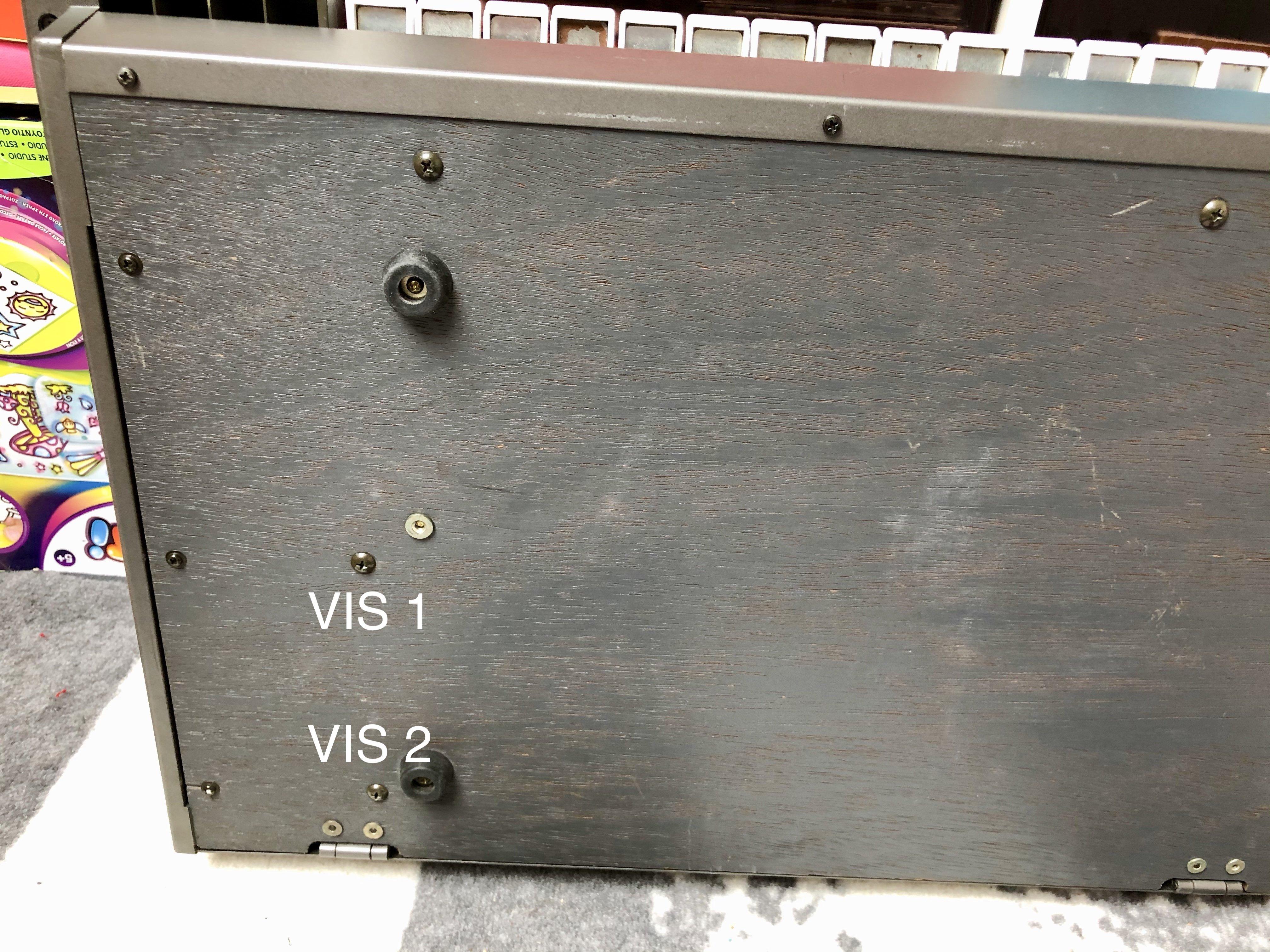 Photo des 2 vis qui servent à débloquer la façade du Roland JX-8P