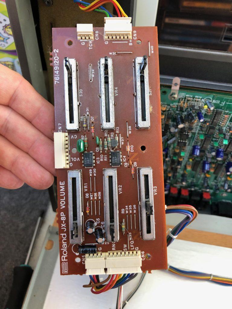 Photo de face de la carte Vollume du Roland JX-8P