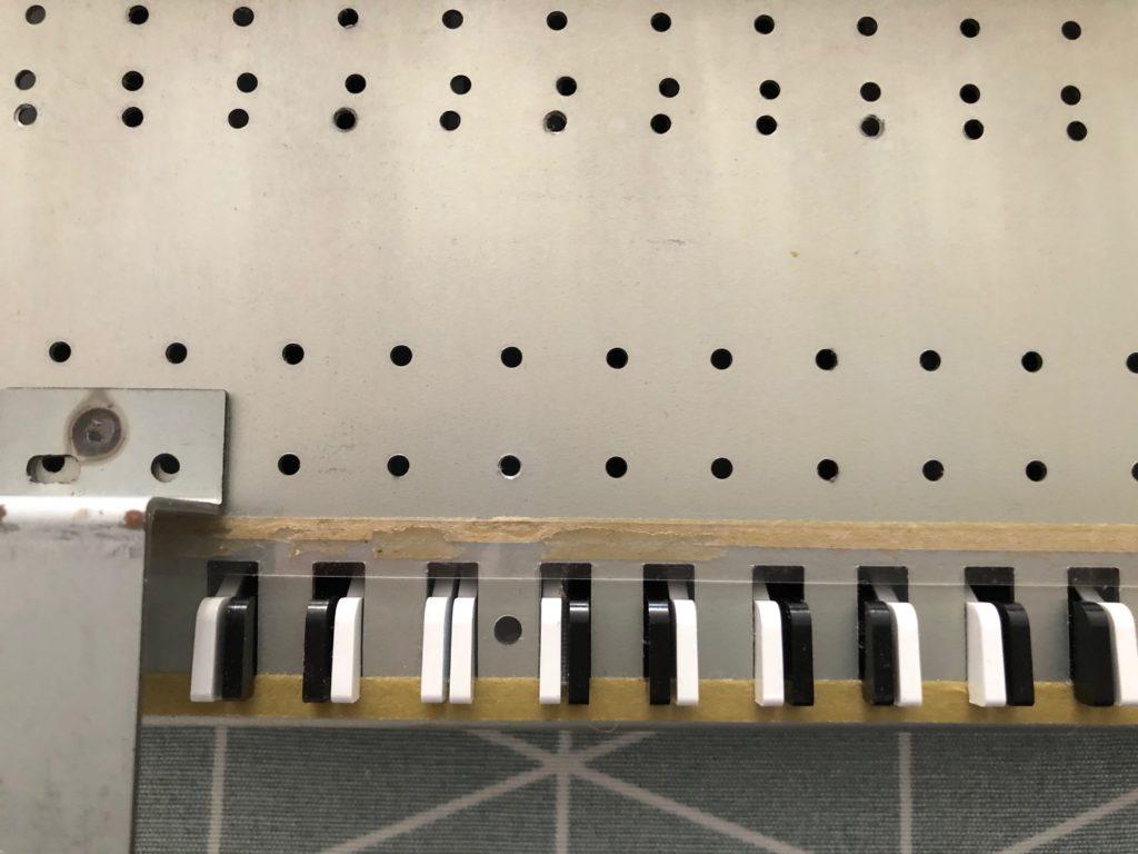 Photo du bandeau plastique du Roland JX-8P