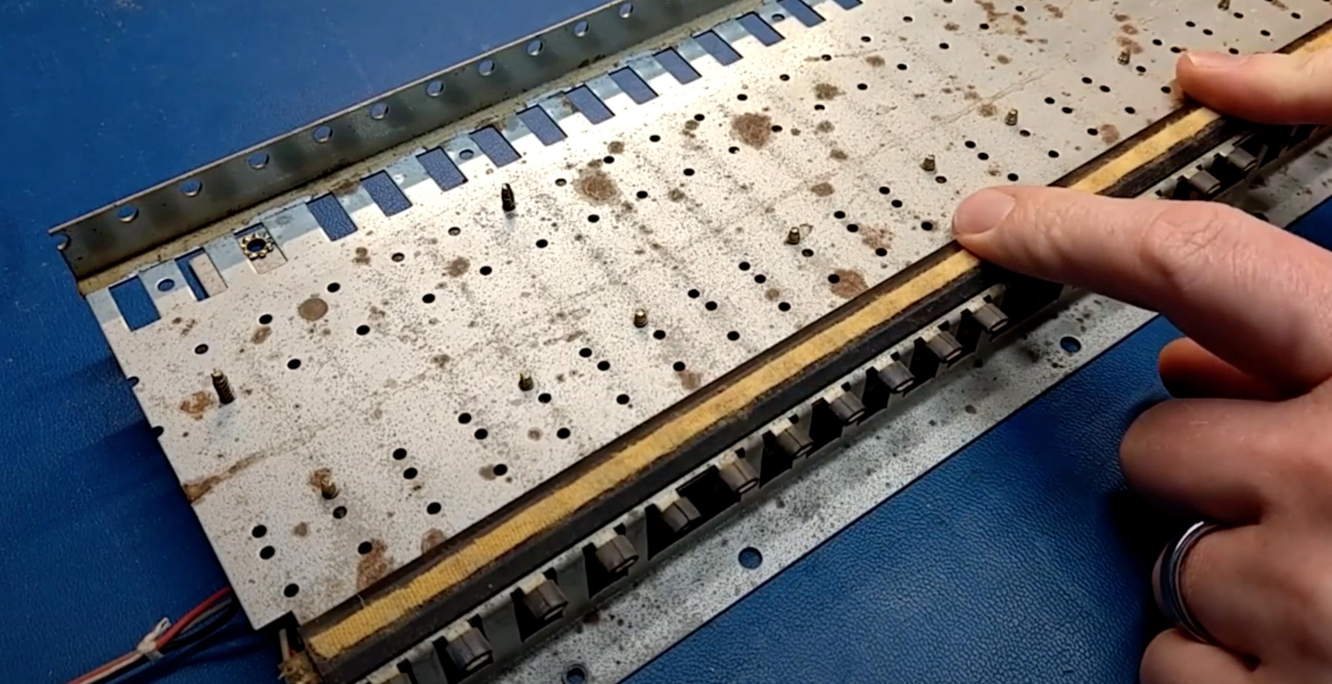 Photo vue d'ensemble de l'aftertouch du Roland JX-8P