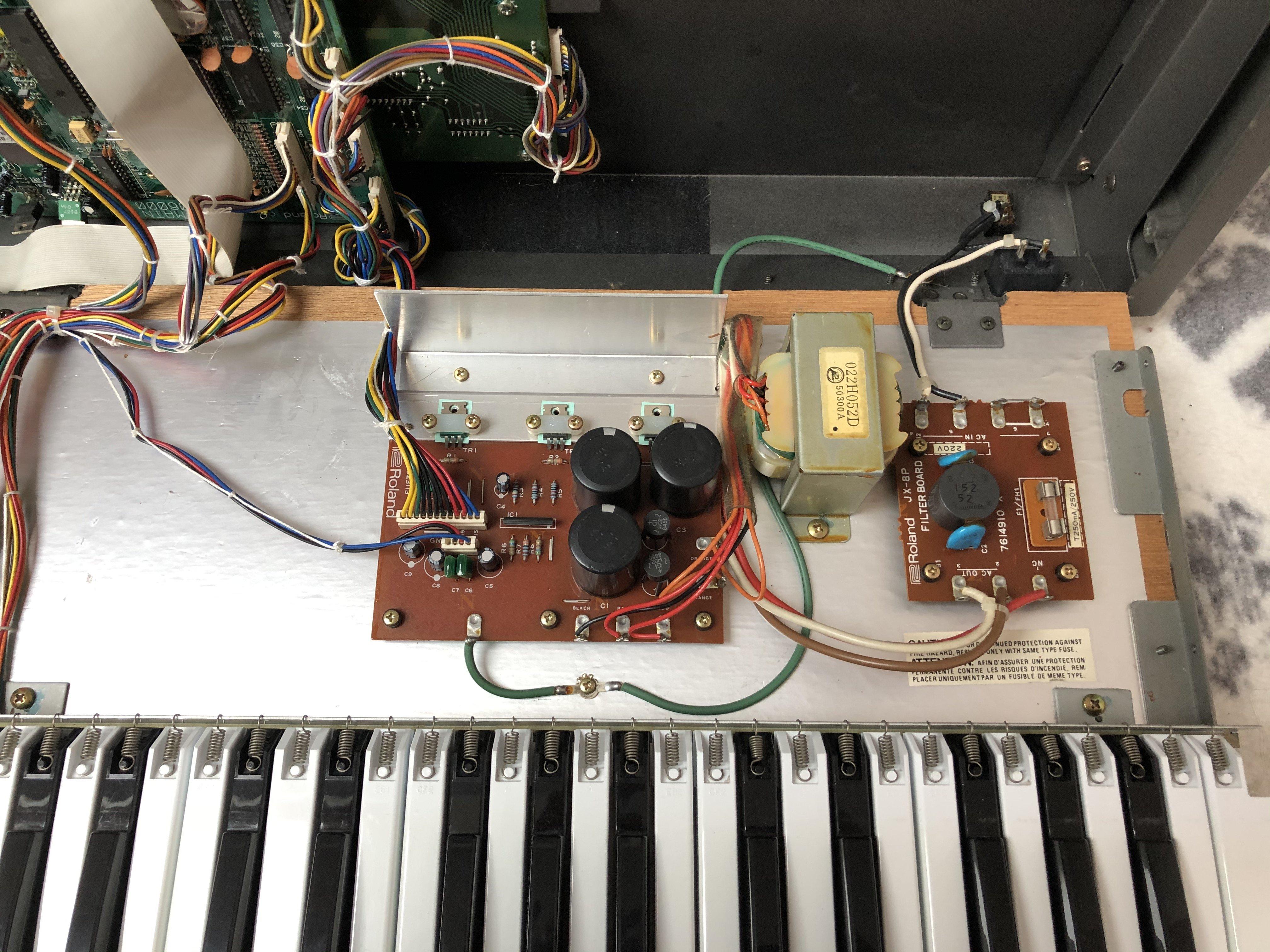 Photo de la partie alimentation du Roland JX-8P