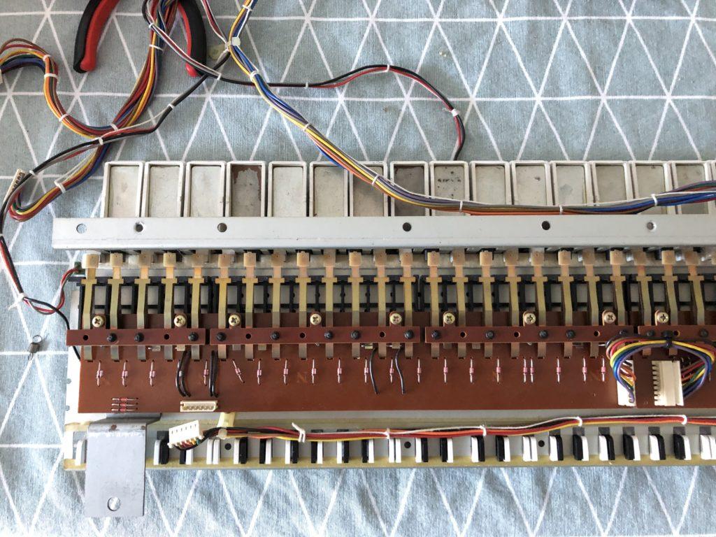 Vision d'ensemble du clavier démonté du Roland JX-8P