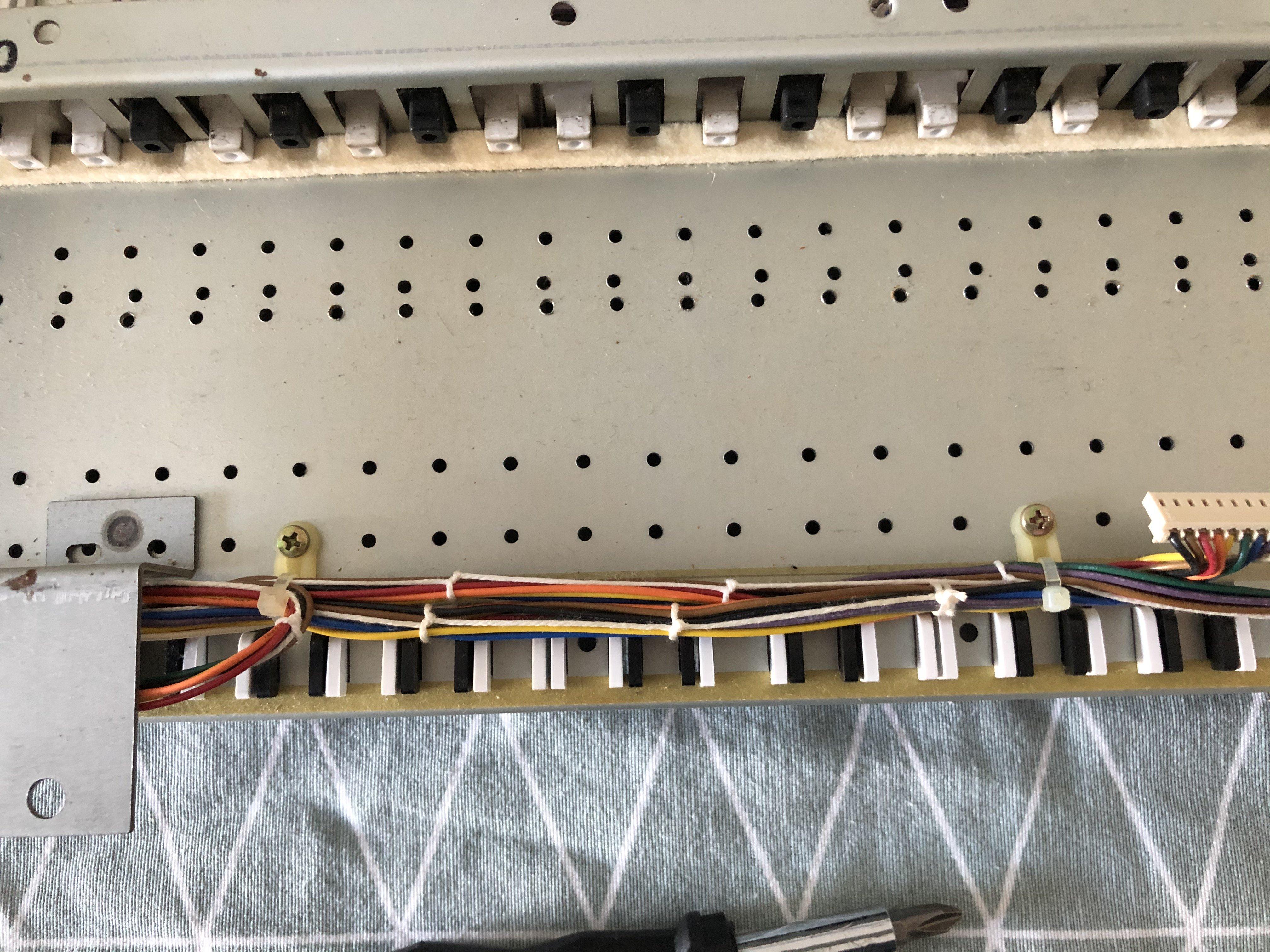 Photo des fixations de la nappe sur le clavier du Roland JX-8P