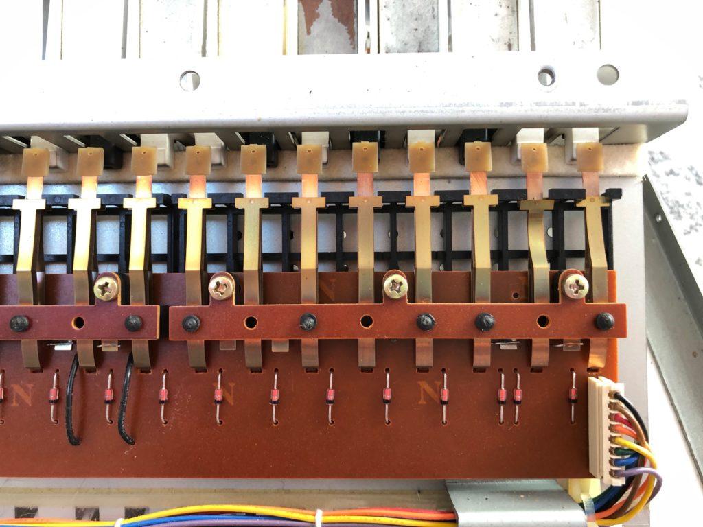 Photo des lamelles tordues du Roland JX-8P