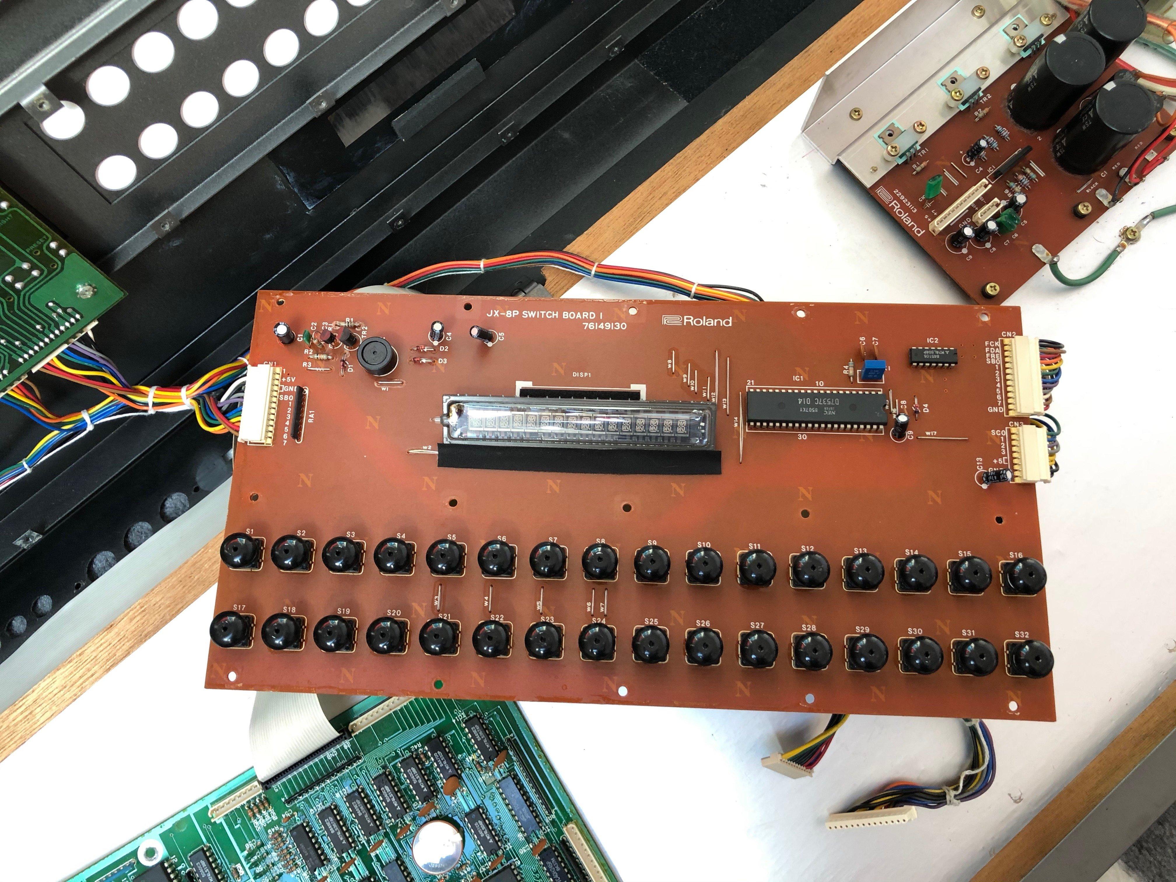 Photo de la switch board 1 avec l'écran du Roland JX-8P