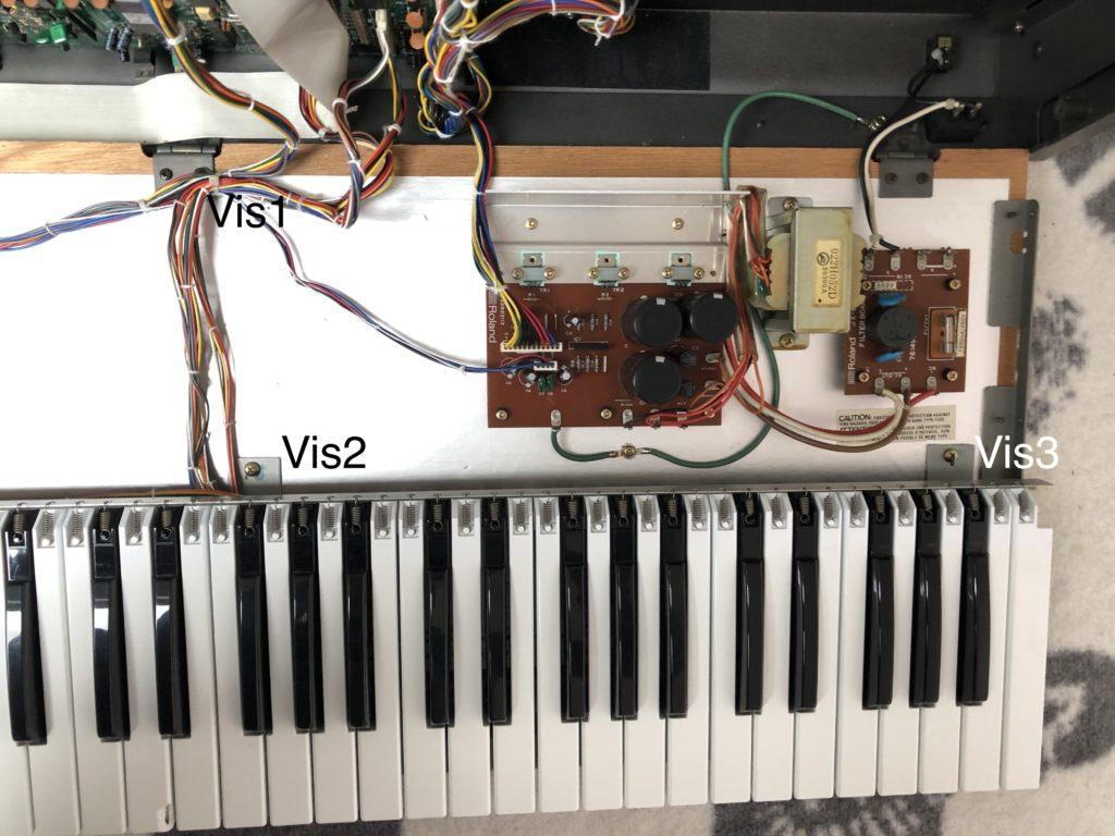Photo des vis à retirer à l'intérieur du Roland JX-8P pour défaire le clavier