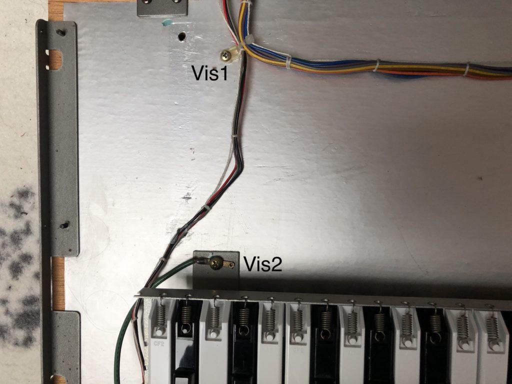 Photo des autres vis fixant les nappes au clavier du Roland JX-8P