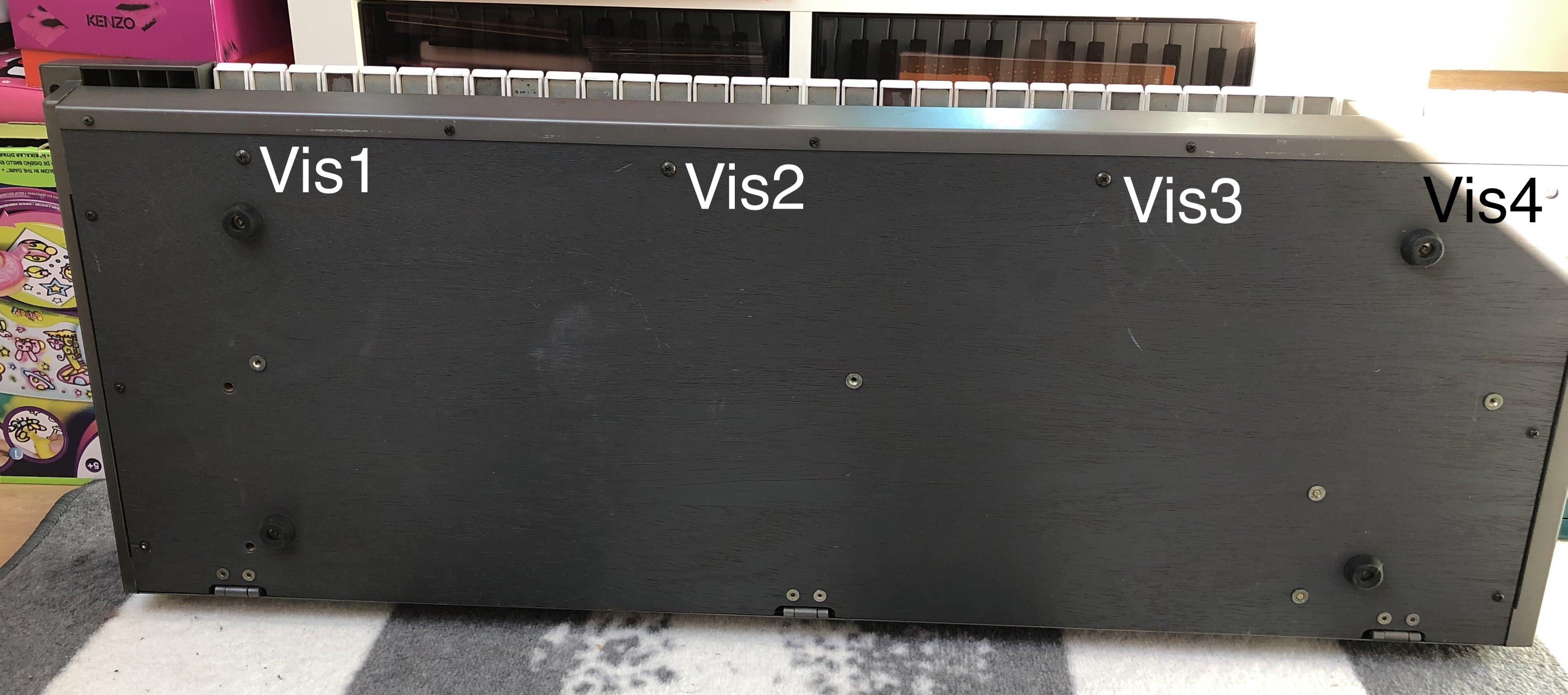 Photo des vis à retirer côté fond pour retirer le clavier du Roland JX-8P
