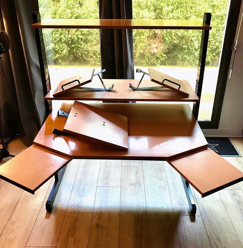 Bureau Ikea Jerker MK1 avec des angles prononcés, et les tablettes qui glissent.