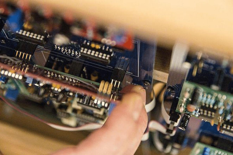 Vérifier l'alignement des connecteurs avant d'enfoncer le filtre sur synthr3