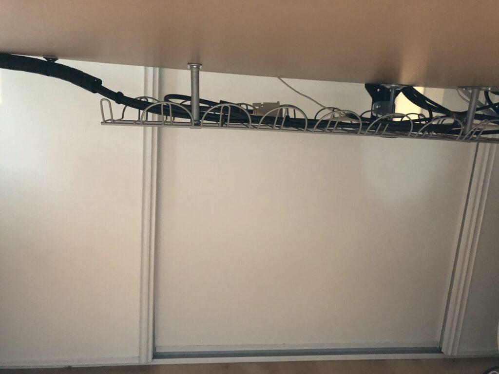 Support Ikea pour cacher les câbles sous un bureau